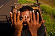 Uberaba_MG, Brasil...Andarilho na BR-262 em Uberaba, Minas Gerais...A vagrant man in the BR-262 in Uberaba, Minas Gerais...Foto: LEO DRUMOND / NITRO