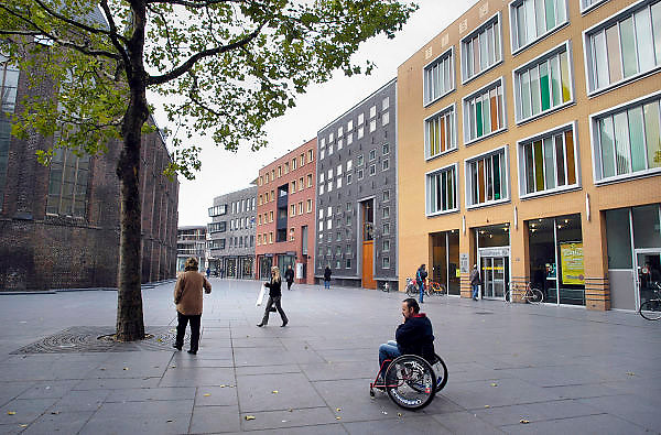 Nederland, Nijmegen, 4-11-2003Het vernieuwde Marienburgplein in het centrum van de stad, met rechts de bibliothee en daarnaast het gemeente archief. Architect Soeters, stadsvernieuwing, architectuur, rolstoelgebruikerFoto: Flip Franssen/Hollandse Hoogte