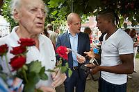 Nederland. Dordrecht, 16 augustus 2012.<br /> PvdA campagne voor landelijke verkiezingen<br />  Lijsttrekker Diederik Samsom neemt deel aan de buurtbarbecue op het Dalmeyerplein tijdens een campagnedag van de PvdA voor de landelijke verkiezingen van 12 september. Democratie, politiek, Partij van de Arbeid, sociaal-democratie, stemgerechtigden, kiezers, <br /> .Foto : Martijn Beekman