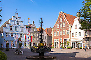 Europe, Germany, North Rhine-Westphalia, Warendorf, houses at the market place in the historic center.<br /> <br /> Europa, Deutschland, Nordrhein-Westfalen, Warendorf, Haeuser am Marktpatz in der Altstadt.