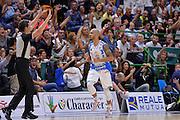 DESCRIZIONE : Beko Legabasket Serie A 2015- 2016 Dinamo Banco di Sardegna Sassari -Vanoli Cremona<br /> GIOCATORE : David Logan<br /> CATEGORIA : Ritratto Esultanza Tifosi Pubblico Spettatori<br /> SQUADRA : Dinamo Banco di Sardegna Sassari<br /> EVENTO : Beko Legabasket Serie A 2015-2016<br /> GARA : Dinamo Banco di Sardegna Sassari - Vanoli Cremona<br /> DATA : 04/10/2015<br /> SPORT : Pallacanestro <br /> AUTORE : Agenzia Ciamillo-Castoria/L.Canu