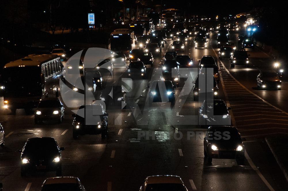 SÃO PAULO - SP - 12,08,2014 - TRÂNSITO CAPITAL/SP - O motorista encontra lentidão na     Marginal Pinheiros  sentido Interlagos. Região oeste da cidade de São Paulo,nessa terça-feira,12 (Foto:Kevin David/Brazil Photo Pres)