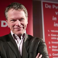 Nederland,Lelystad ,7 maart 2007 ..Partijleider van de PvdA Wouter Bos, kijkt  naar de tegevallende Provinciale verkiezingscijfers tijdens de PvdA bijeenkomst in Lelystad.