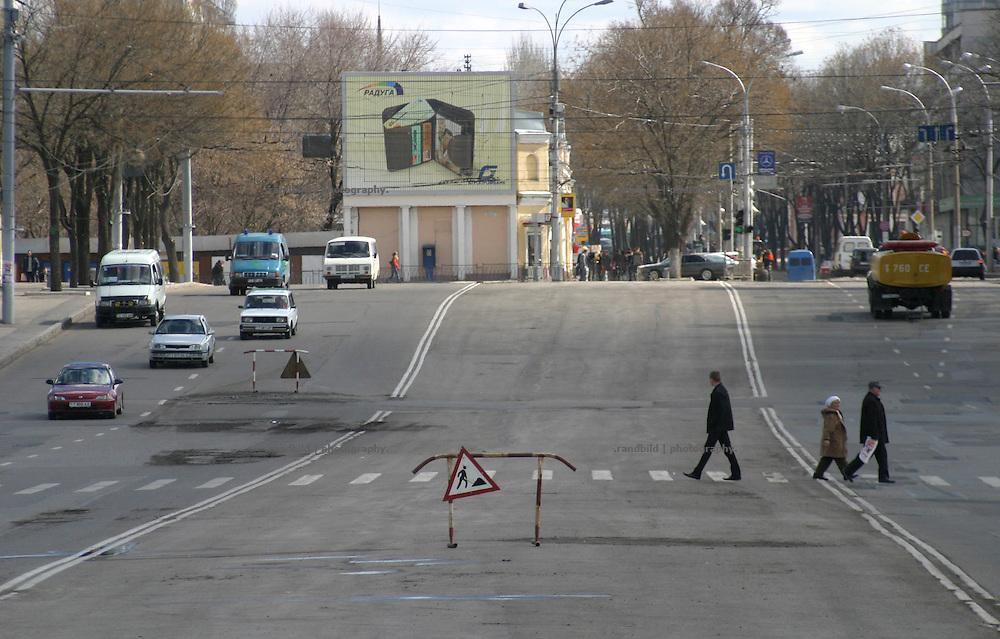 Große Einfallstrasse im Zentrum von Tiraspol, der Hauptstadt der abtrünnigen Republik Transnistrien. / Main road down town Tiraspol, Capital of the unrecognized Republic of Transnistria.