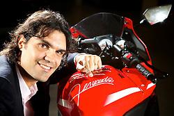 O ex-campeão mundial e técnico do Inter, Fernandão posa ao lado da moto personalizada com o seu nome que será leiloada em breve. FOTO: Jefferson Bernardes/Preview.com