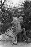 Paris 1995: Bambino aspetta l'apertura delle giostre, le Tuleries.<br /> &copy;Andrea Sabbadini