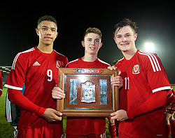 BALLYMENA, NORTHERN IRELAND - Thursday, November 20, 2014: Wales' captain Tyler Roberts, Ben Woodburn and Liam Cullen with the trophy after the 2-0 victory over Northern Ireland during the Under-16's Victory Shield International match at the Ballymena Showgrounds. (Pic by David Rawcliffe/Propaganda)