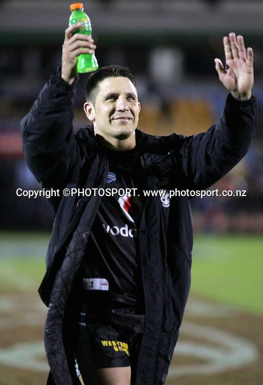 Steve Price applauds the crowd after his teams 30-6 win. NRL rugby league match. Vodafone Warriors v Gold Coast Titans, Saturday 11 August 2007. Photo: Renee McKay/PHOTOSPORT **NO COMMERCIAL USE**