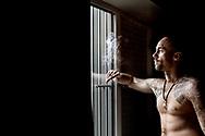 Flugtkongen Brian Bo Larsen er mester i at stikke af. 21 gange er han sluppet ud fra fængsler og arresthuse rundt om i Danmark. Han stjal som seksårig, begik det første væbnede røveri som 13-årig og fik sin første fængselsdom som 15-årig. Brian har siddet inde i mere end 20 år og afsoner lige nu en 7 år lang straf i Østjysk Statsfængsel.