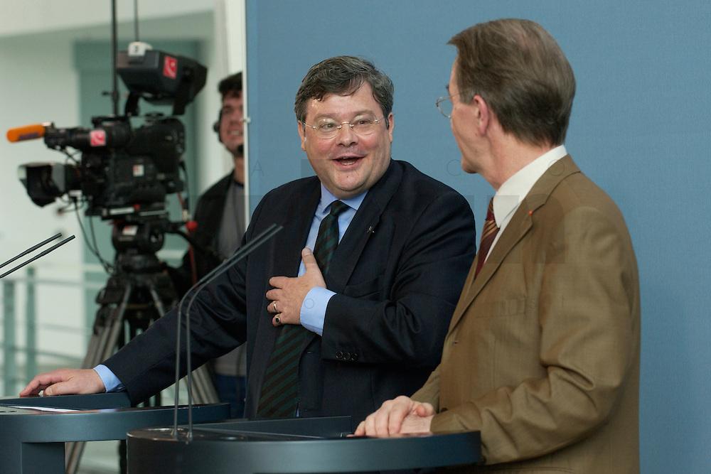 07 MAY 2004, BERLIN/GERMANY:<br /> Reinhard Buetikofer (L), B90/Gruene, Bundesvorsitzender, und Franz Muentefering (R), SPD Parteivorsitzender, waehrend einer Pressekonferenz, zu den Ergebnissen des vorangegangenen Koalitionsgespraechs, Bundeskanzleramt<br /> Reinhard Buetikofer (L), Leader of the Green Party, und Franz Muentefering (R), Leader of the Social Democratic Party, during a press conference<br /> IMAGE: 20040507-01-008<br /> KEYWORDS: Reinhard B&uuml;tikofer, Franz M&uuml;ntefering