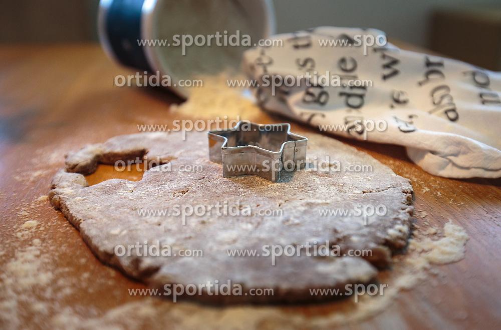THEMENBILD - Lebkuchenteig mit Sternausstecher auf einem Holztisch mit Mehl, aufgenommen am 03. Dezember 2017, Kaprun, Österreich // Gingerbread dough with star cutter on a wooden table with flour on 2017/12/03, Kaprun, Austria. EXPA Pictures © 2017, PhotoCredit: EXPA/ Stefanie Oberhauser