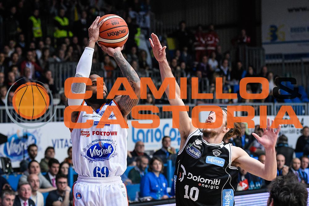 DESCRIZIONE : Cantu Lega A 2015-16 <br /> GIOCATORE : Hodge Walter<br /> CATEGORIA : Tiro<br /> SQUADRA : Acqua Vitasnella Cantu'<br /> EVENTO : Campionato Lega A 2015-2016<br /> GARA : Acqua Vitasnella Cantu' Dolomiti Energia Trento<br /> DATA : 20/12/2015<br /> SPORT : Pallacanestro<br /> AUTORE : Agenzia Ciamillo-Castoria/M.Ozbot<br /> Galleria : Lega Basket A 2015-2016 <br /> Fotonotizia: Cantu Lega A 2015-16