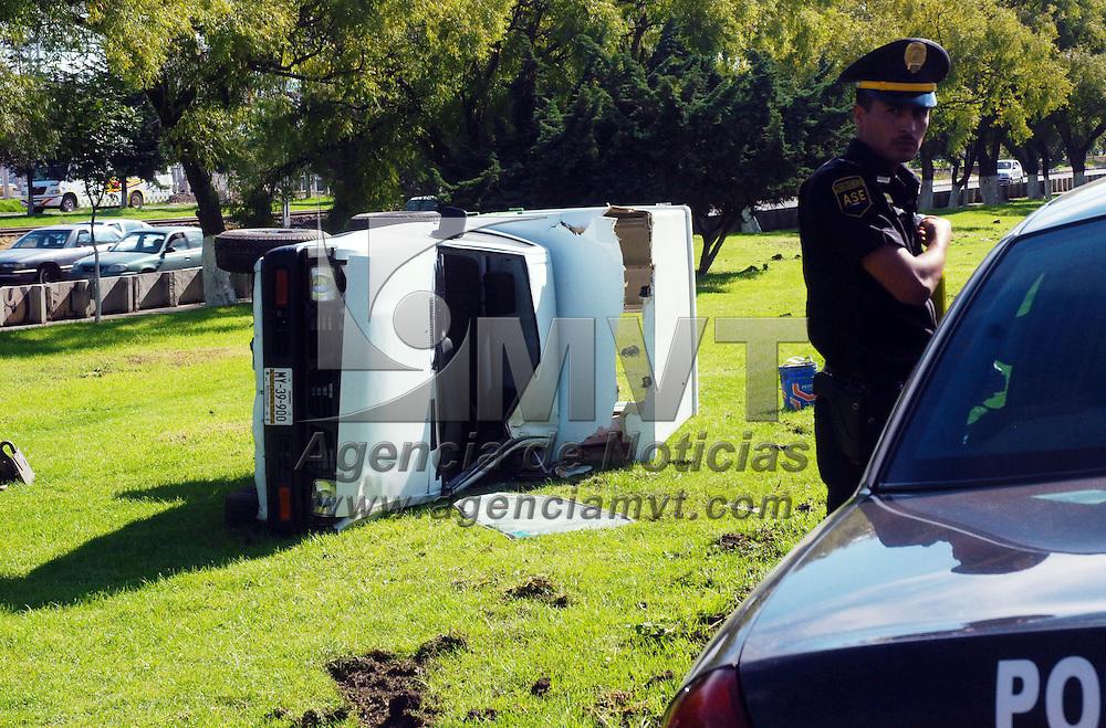 Toluca, Mex.- Una camioneta que circulaba a exceso de velocidad se volc&oacute; sobre la avenida Tollocan, a la altura de Pilares. Solo se registran da&ntilde;os materiales. Agencia MVT / Jos&eacute; Hern&aacute;ndez. (DIGITAL)<br /> <br /> <br /> <br /> NO ARCHIVAR - NO ARCHIVE