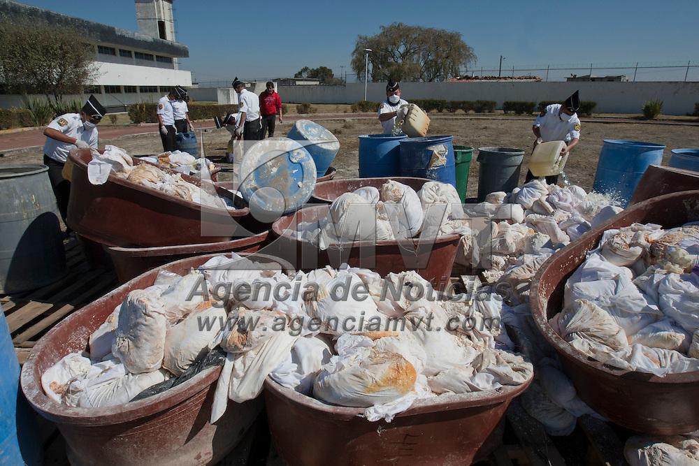 ALMOLOYA DE JUAREZ, Mexico.- Elementos de la SSC y PGR incineraron mas de 3.5 toneladas de drogas y precursores quimicos que fueron decomisados por el ejercito mexicano en distintos operativos realizados en los ultimos tres meses en municipios de la entidad. Agencia MVT / Mario Vazquez de la Torre. (DIGITAL)