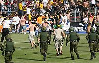 Fotbal<br /> Tyskland<br /> Foto: imago/Digitalsport<br /> NORWAY ONLY<br /> <br /> 10.06.2007<br /> <br /> Fanausschreitungen - Dresdner Fans stürmen nach dem Sieg im Landespokal von Sachsen 2007 den Innenraum des Erzgebirgsstadions in Aue und werden von der Polizei gejagt<br /> <br /> Aue v Dresden<br /> Landespokal von Sachsen 2007