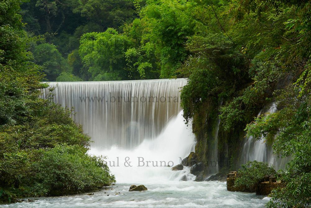 Chine. Province du Guizhou. Cascade dans le parc de Xiaoqikong, foret karstique. // China. Guizhou province. Xiaoqikong rain forest. Waterfall.