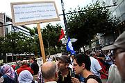 Frankfurt am Main | 24 July 2014<br /> <br /> Am Donnerstag (24.07.2014) demonstrierten etwa 150 Menschen aus linksradikalen und migrantischen Zusammenh&auml;ngen in Frankfurt am Main auf der Einkaufsstra&szlig;e Zeil gegen die israelischen Angriffe auf Pal&auml;stina und Gaza.<br /> Hier: Ein Mann h&auml;lt ein Plakat mit der Aufschrift &quot;Nicht alle Zionisten sind Verbrecher. Aber die j&uuml;dischen Piloten, die Gaza bombardieren, sind Kriegsverbrecher&quot;.<br /> <br /> Photo &copy; peter-juelich.com