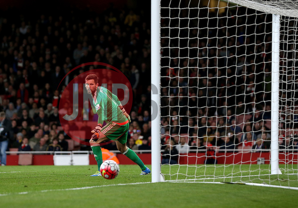 Ben Foster of West Bromwich Albion watches the ball go wide of his goal - Mandatory by-line: Robbie Stephenson/JMP - 21/04/2016 - FOOTBALL - Emirates Stadium - London, England - Arsenal v West Bromwich Albion - Barclays Premier League