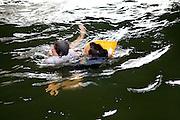 Paris, France. 7 Mai 2009..Brigade Fluviale de Paris..16h21 Sauvetage d'une femme suite a une tentative de suicide..Paris, France. May 7th 2009..Paris fluvial squad..4:21pm Salvage of a woman following a suicide..