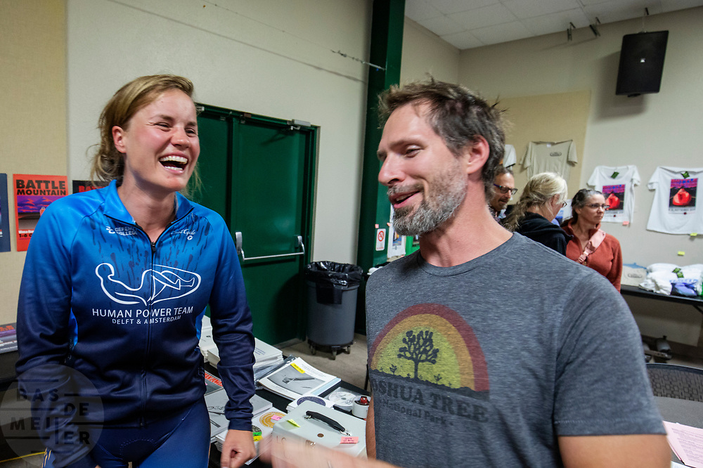 Rosa Bas praat na het halen van het wereldrecord met de snelste man ter wereld Todd Reichert. Het Human Power Team Delft en Amsterdam, dat bestaat uit studenten van de TU Delft en de VU Amsterdam, is in Amerika om tijdens de World Human Powered Speed Challenge in Nevada een poging te doen het wereldrecord snelfietsen voor vrouwen te verbreken met de VeloX 9, een gestroomlijnde ligfiets. Het record is met 121,81 km/h sinds 2010 in handen van de Francaise Barbara Buatois. De Canadees Todd Reichert is de snelste man met 144,17 km/h sinds 2016.<br /> <br /> With the VeloX 9, a special recumbent bike, the Human Power Team Delft and Amsterdam, consisting of students of the TU Delft and the VU Amsterdam, wants to set a new woman's world record cycling in September at the World Human Powered Speed Challenge in Nevada. The current speed record is 121,81 km/h, set in 2010 by Barbara Buatois. The fastest man is Todd Reichert with 144,17 km/h.
