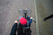 In Utrecht fietst een vader met een jongetje voorop in een kinderzitje door de stad.<br /> <br /> In Utrecht a father is cycling with his son in a child seat at the front.