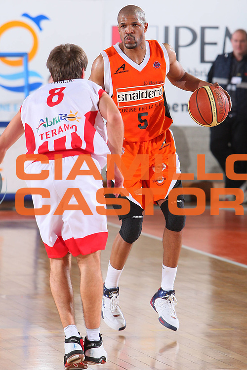 DESCRIZIONE : Udine Lega A1 2007-08 Snaidero Udine Siviglia Wear Teramo <br /> GIOCATORE : Jerome Allen <br /> SQUADRA : Snaidero Udine <br /> EVENTO : Campionato Lega A1 2007-2008 <br /> GARA : Snaidero Udine Siviglia Wear Teramo <br /> DATA : 30/03/2008 <br /> CATEGORIA : Palleggio <br /> SPORT : Pallacanestro <br /> AUTORE : Agenzia Ciamillo-Castoria/S.Silvestri