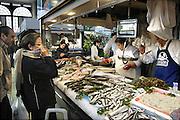 Spanje, Salamanca, 10-5-2010Overdekte markt. Een vishandel doet zaken.Foto: Flip Franssen/Hollandse Hoogte
