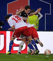 FUSSBALL   1. BUNDESLIGA    SAISON 2012/2013    8. Spieltag   Hamburger SV - VfB Stuttgart            21.10.2012 Christian Gentner (Mitte, VfB Stuttgart) gegen Tolgay Arslan (li, ) und Dennis Diekmeier (re, beide Hamburger SV)