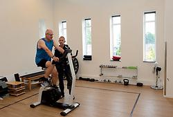 27-06-2014 NED: Uitzwaaimoment Iceland Diabetes Challenge, Nijkerk<br /> In gezondheidscentrum De Nije Veste in Nijkerk werden de Iceland deelnemers en de deelnemers van de Nije Veste challenge uitgezwaaid door gouden olympiër Mark Huizinga, de winnaar van de poolcirkel expeditie 2014 / Andre
