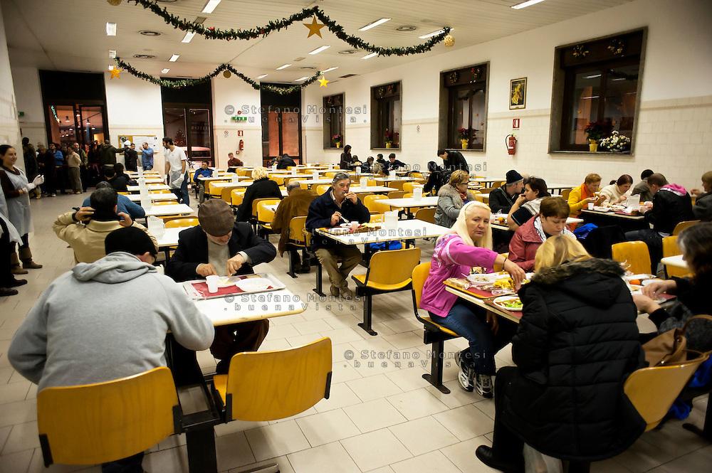 """Roma  24  Dicembre 2010.Ostello """"Don Luigi Di Liegro"""" in Via Marsala..Ospiti della mensa Caritas di Via Marsala..Guests of the refectory Caritas of Street Marsala"""