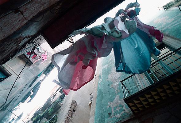 Spanje, Barcelona, 10-1-2004..Straatbeeld in het centrum.Wasgoed hangt te drogen aan de balkons, architectuur..Foto: Flip Franssen