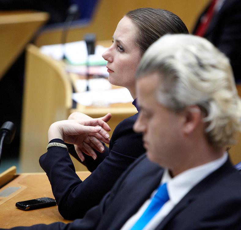 Nederland. Den Haag, 24 april 2012.<br /> PVV Geert Wilders en Fleur Agema.  tijdens het debat in de Tweede Kamer over de val van het kabinet.<br /> Tweede Kamer, verklaring van de Minister-President over de ontstane politieke situatie. Daags na het aanbieden van het ontslag van kabinet Rutte I. Mark Rutte, kabinetscrisis, minderheidskabinet met gedoogsteun, gedoogakkoord, regeerakkoord, politiek, <br /> Foto : Martijn Beekman