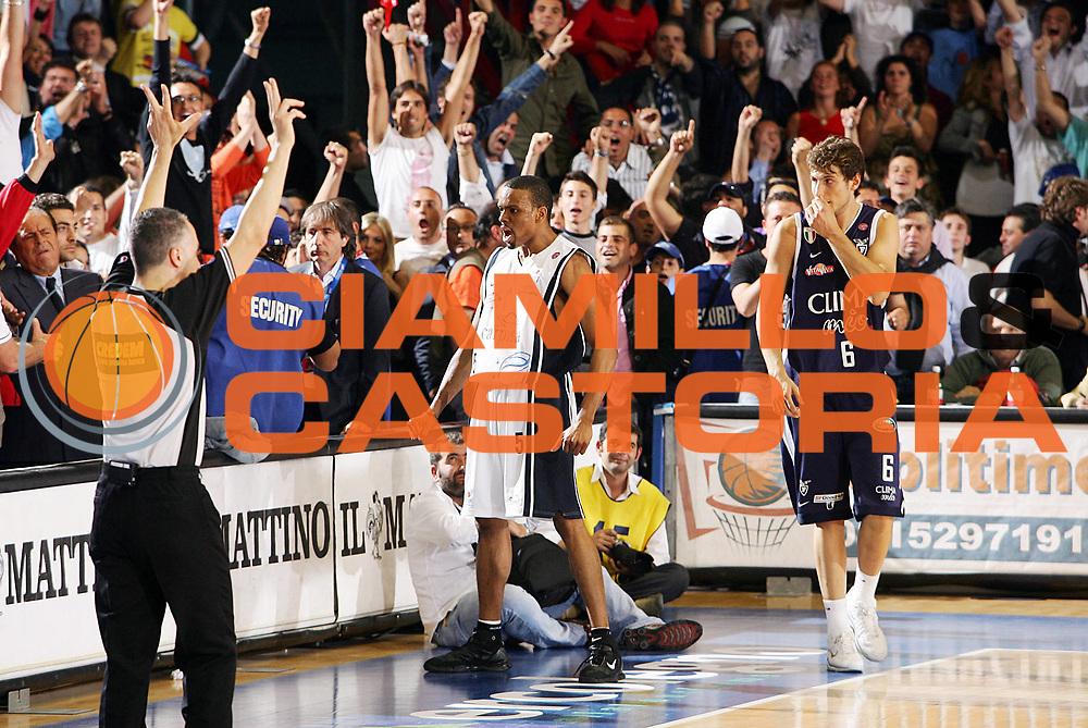DESCRIZIONE : Napoli Lega A1 2005-06 Play Off Semifinale Gara 4 Carpisa Napoli Climamio Fortitudo Bologna <br /> GIOCATORE : Morandais<br /> SQUADRA : Carpisa Napoli <br /> EVENTO : Campionato Lega A1 2005-2006 Play Off Semifinale Gara 4 <br /> GARA : Carpisa Napoli Climamio Fortitudo Bologna <br /> DATA : 09/06/2006 <br /> CATEGORIA : Esultanza<br /> SPORT : Pallacanestro <br /> AUTORE : Agenzia Ciamillo-Castoria/S.Silvestri<br /> Galleria : Lega Basket A1 2005-2006 <br /> Fotonotizia : Napoli Campionato Italiano Lega A1 2005-2006 Play Off Semifinale Gara 4 Carpisa Napoli Climamio Fortitudo Bologna <br /> Predefinita :