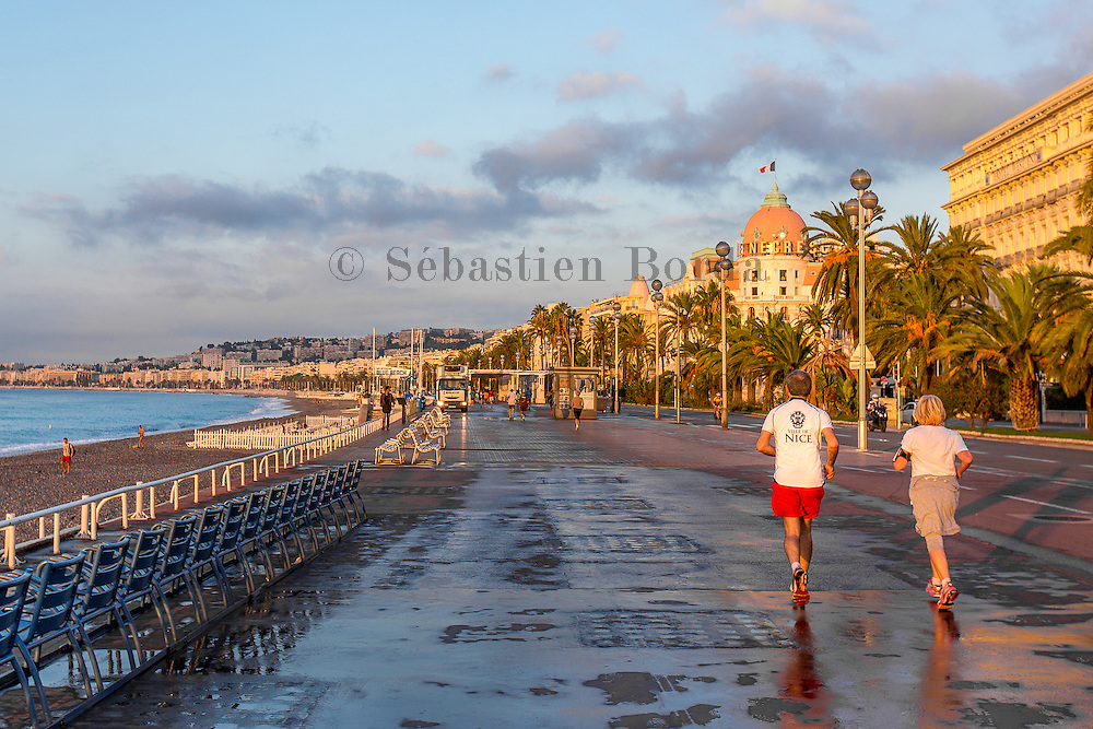 Footing sur la promenade des Anglais au petit matin  //  Couple running on promenade des Anglais at sunrise