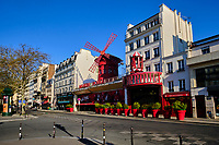France, Paris (75), quartier de Pigalle, place Blanche, le Moulin Rouge durant le confinement du Covid 19 // France, Paris, Pigalle, Place Blanche, the Moulin Rouge during the containment of Covid 19