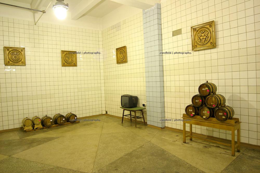 Foyer mit kleinen Cognac-Fässern in der Cognac Fabrik Kvint in Tiraspol/Transnistrien. / Small Cognac Barrels in the foyer of the brand Kvint cognac fabrication in Tiraspol/Transnistria.