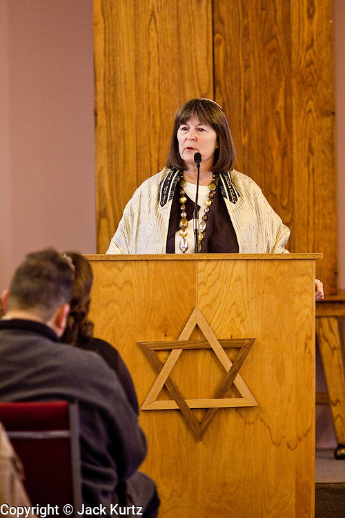 tucsonshooting - 09 JANUARY 2011 - TUCSON, AZ: Rabbi Stephanie Aaron leads a healing service at Congregation Chaverim in Tucson Sunday. Hundreds of people attended the healing service to pray for Congresswoman Gabrielle Giffords and other victims of the mass shooting that took place Saturday.   ARIZONA REPUBLIC PHOTO BY JACK KURTZ