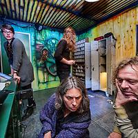 """Nederland, Amsterdam, 12 mei 2017.<br /> Deelnemers aan de escaperoom van Danstheater AYA proberen via """"hints"""" hun weg naar buiten te vinden.<br /> <br /> Foto: Jean-Pierre Jans"""
