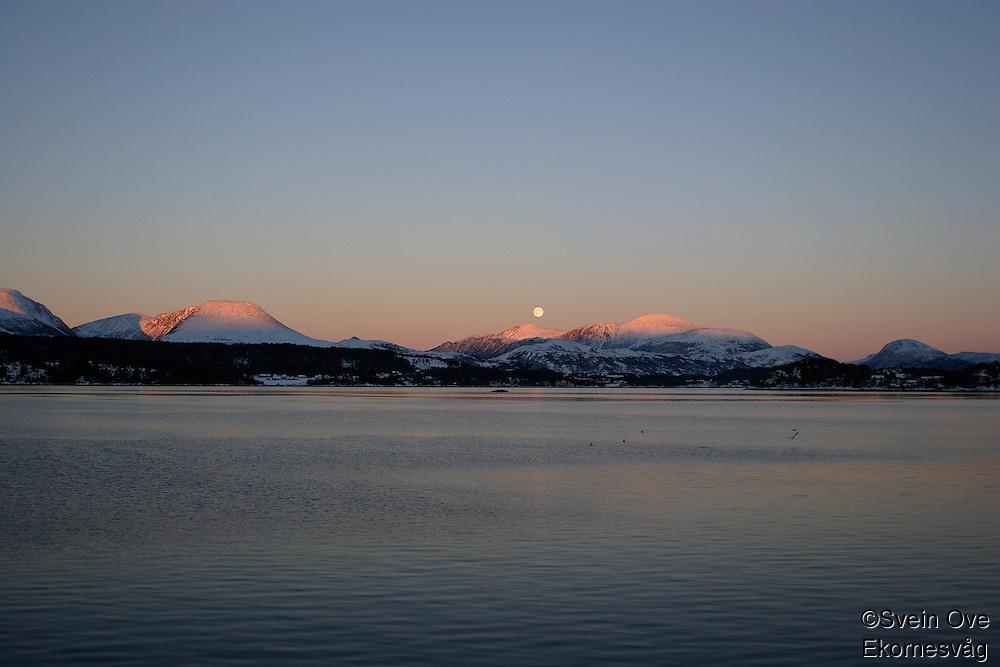 Vakkert måneskinn over de snødekte fjellene bak Ellingsøya i Ålesund kommune.<br /> <br /> Foto: Svein Ove Ekornesvåg