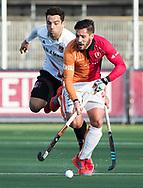 AMSTELVEEN - Augustin Mazzilli (Oranje-Rood) met Valentin Verga (A'dam)  tijdens de hoofdklasse hockeywedstrijd AMSTERDAM-ORANJE ROOD (4-5).  COPYRIGHT KOEN SUYK