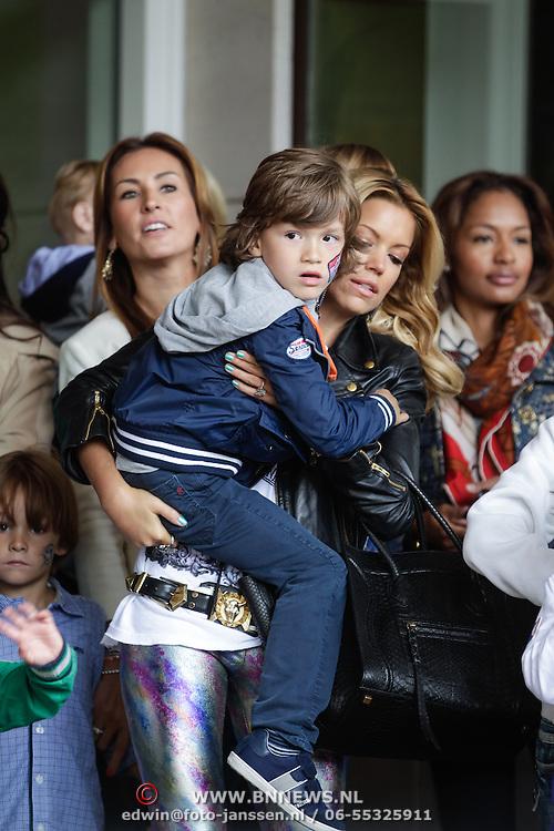 NLD/Amsterdam/20120604 - Vertrek Nederlands Elftal voor EK 2012, Sylvie van der Vaart en zoontje Damian