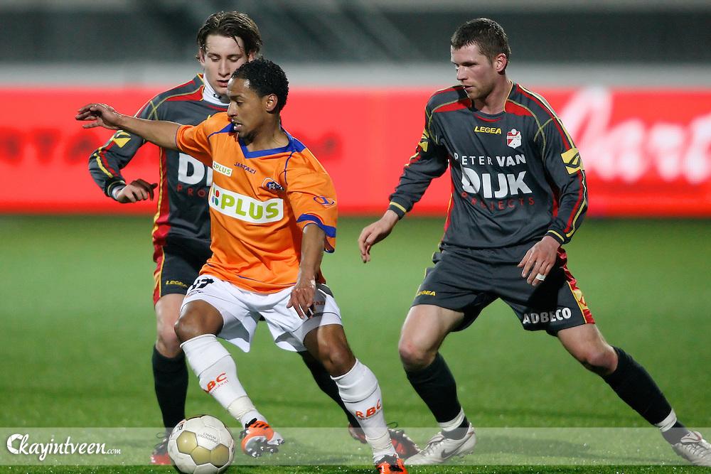 ROOSENDAAL - RBC Roosendaal - FC Emmen, Jupiler League, Seizoen 2010-2011, 04-03-2011, Mariflex Stadion, Felino Jardim (voor) Marcel Piesche (r) Johnny de Vries