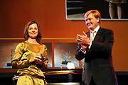Uitreiking Heinekenprijzen 2008 in de Beurs van Berlage te Amsterdam waar Willem Alexander zes grote internationale prijzen uit op het gebied van wetenschap en kunst. De prijsuitreiking vindt plaats tijdens een bijzondere zitting van de Koninklijke Nederlandse Akademie van Wetenschappen (KNAW). De Prins houdt op deze bijeenkomst een toespraak waar de magie van de wetenschap centraal staat; het thema dat de KNAW ter gelegenheid van haar tweehonderjarig bestaan gekozen heeft. ///<br /> <br /> Heineken award celebration 2008 in the Beurs van Berlage in Amsterdam where Willem Alexander six large international prices in the field of science and art. This takes place during a particular meeting of the royal Dutch Akademie of sciences (KNAW). The prince keeps on this meeting a speech where the magic of science central state; the topic which the KNAW have chosen existence on the occasion of its twohunderd year celebration.<br /> <br /> Op de foto: De Nederlandse kunstenaar Barbara Visser (1966) ontvangt de Dr. A.H. Heinekenprijs voor de Kunst 2008 voor haar foto- en videowerk dat opvalt door een rijke verscheidenheid aan thema's en verschijningsvormen, steeds met haar eigen signatuur.