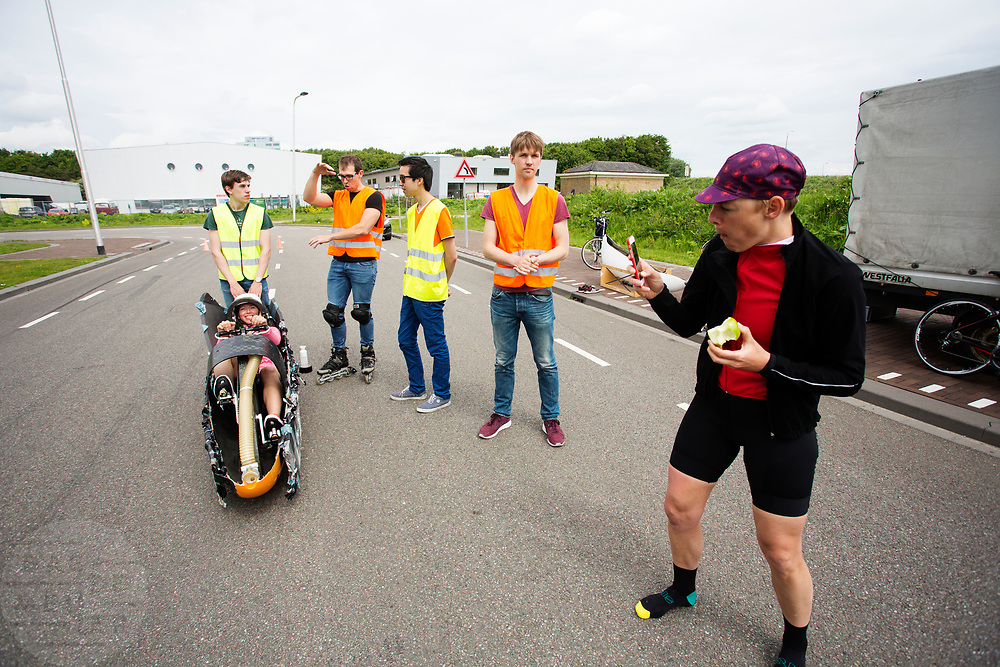 Aniek Rooderkerken zit in de Velox, Iris Slappendel maakt een foto. Op een weg op de campus van de TU Delft oefent het team met het rijden in een Velox. In september wil het Human Power Team Delft en Amsterdam, dat bestaat uit studenten van de TU Delft en de VU Amsterdam, tijdens de World Human Powered Speed Challenge in Nevada een poging doen het wereldrecord snelfietsen voor vrouwen te verbreken met de VeloX 7, een gestroomlijnde ligfiets. Het record is met 121,44 km/h sinds 2009 in handen van de Francaise Barbara Buatois. De Canadees Todd Reichert is de snelste man met 144,17 km/h sinds 2016.<br /> <br /> With the VeloX 7, a special recumbent bike, the Human Power Team Delft and Amsterdam, consisting of students of the TU Delft and the VU Amsterdam, also wants to set a new woman's world record cycling in September at the World Human Powered Speed Challenge in Nevada. The current speed record is 121,44 km/h, set in 2009 by Barbara Buatois. The fastest man is Todd Reichert with 144,17 km/h.