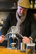 Nederland, Gorinchem, 20160310<br /> Conceptstore Ny B&ouml;rjan. Eigenaar Dion Kradolfer zet espresso met een handbediende machine. De klassieke ROK espresso maker.<br /> <br /> Netherlands, Gorinchem<br /> Concept store Ny Borjan. Owner Dion Kradolfer making espresso with a hand operated machine. The classic ROK espresso maker