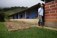 Maar liefst twee keer eindigde hij afgelopen jaar met zijn koffie in de top-tien: Dionalver Chavarriaga, koffieboer op 2000 meter hoogte in het gehucht Guintar, Anz&aacute;, Antioquia, Colombia<br />Naam finca: El Champu.<br /> <br /> Dionalver Chavarriaga, coffee grower at 2000m with a finca with less than 1 Ha. of coffee produces a prize winning coffee of pure Caturra beans.