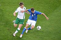 FUSSBALL  EUROPAMEISTERSCHAFT 2012   VORRUNDE Italien - Irland                       18.06.2012 Kevin Doyle (li, Irland) gegen Claudio Marchisio (re, Italien)