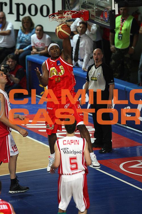 DESCRIZIONE : Varese Lega A1 2006-07 Playoff Quarti di Finale Gara 2 Whirlpool Varese Armani Jeans Milano<br /> GIOCATORE : Travis Watson<br /> SQUADRA : Armani Jeans Milano<br /> EVENTO : Campionato Lega A1 2006-2007 Playoff Quarti di Finale Gara 2<br /> GARA : Whirlpool Varese Armani Jeans Milano<br /> DATA : 19/05/2007 <br /> CATEGORIA : Schiacciata<br /> SPORT : Pallacanestro <br /> AUTORE : Agenzia Ciamillo-Castoria/M.Marchi