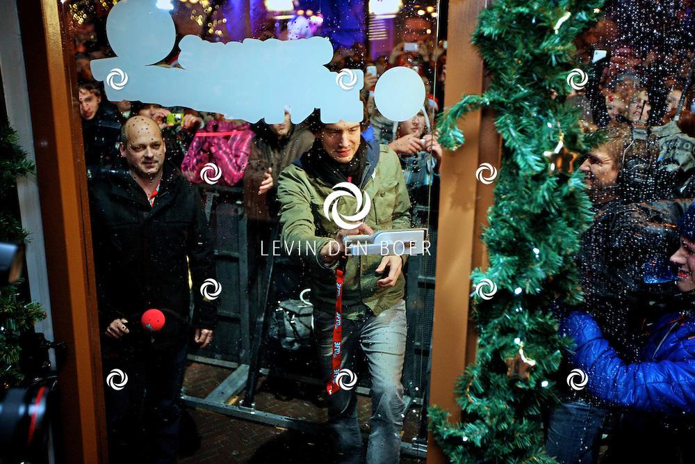 LEIDEN - De 3FM Serious Request actie is weer van start gegaan in Leiden.  Met op de foto Gary Lightbody van Snow Patrol die het glazenhuis afsloot. FOTO LEVIN DEN BOER - PERSFOTO.NU