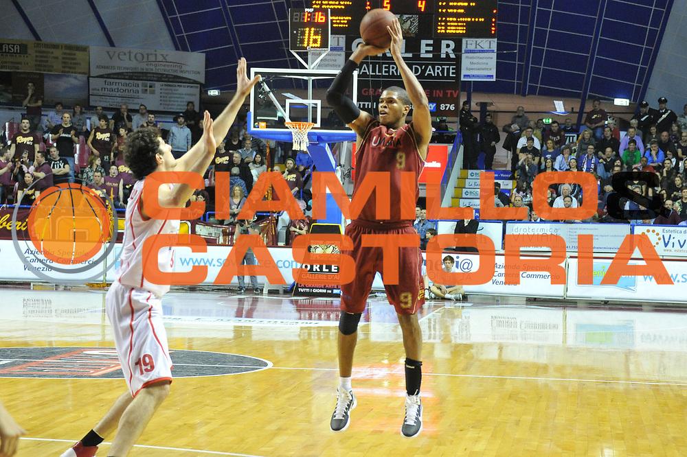 DESCRIZIONE : Venezia Lega Basket A2 2010-11 Umana Reyer Venezia Immobiliare Spiga Rimini<br /> GIOCATORE : Tamar Slay<br /> SQUADRA : Umana Reyer Venezia Immobiliare Spiga Rimini <br /> EVENTO : Campionato Lega A2 2010-2011<br /> GARA : Umana Reyer Venezia Immobiliare Spiga Rimini<br /> DATA : 06/3/2011<br /> CATEGORIA : Tiro<br /> SPORT : Pallacanestro <br /> AUTORE : Agenzia Ciamillo-Castoria/M.Gregolin<br /> Galleria : Lega Basket A2 2010-2011 <br /> Fotonotizia : Venezia Lega A2 2010-11 Umana Reyer Venezia Immobiliare Spiga Rimini<br /> Predefinita :